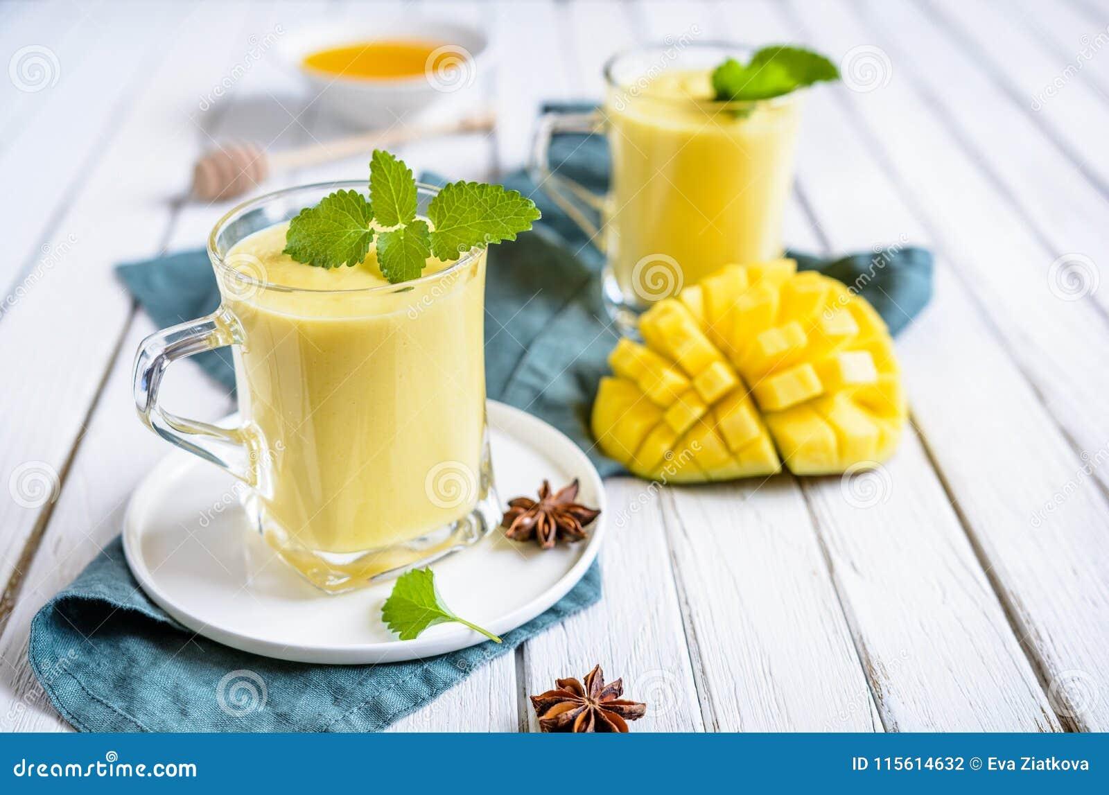 Mango Lassi - bebida india tradicional del yogur