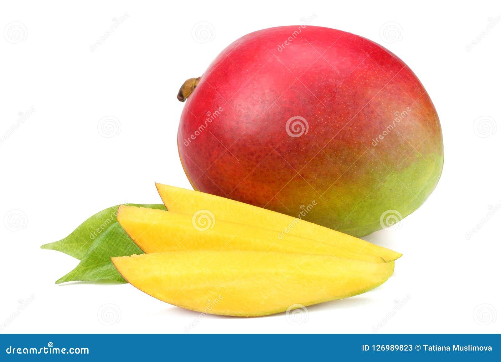 Mango mit Scheiben und den Grünblättern lokalisiert auf weißem Hintergrund Gesunde Nahrung