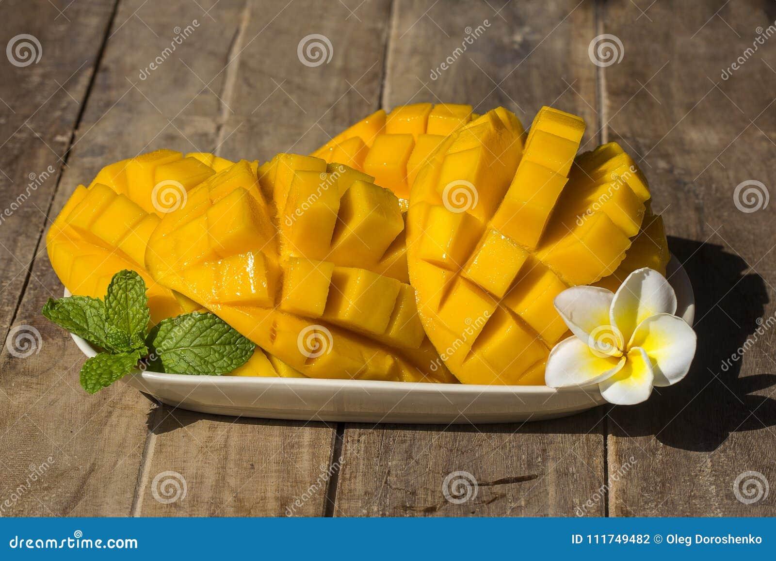 Mango organico fresco sulla tavola di legno, fine su thailand