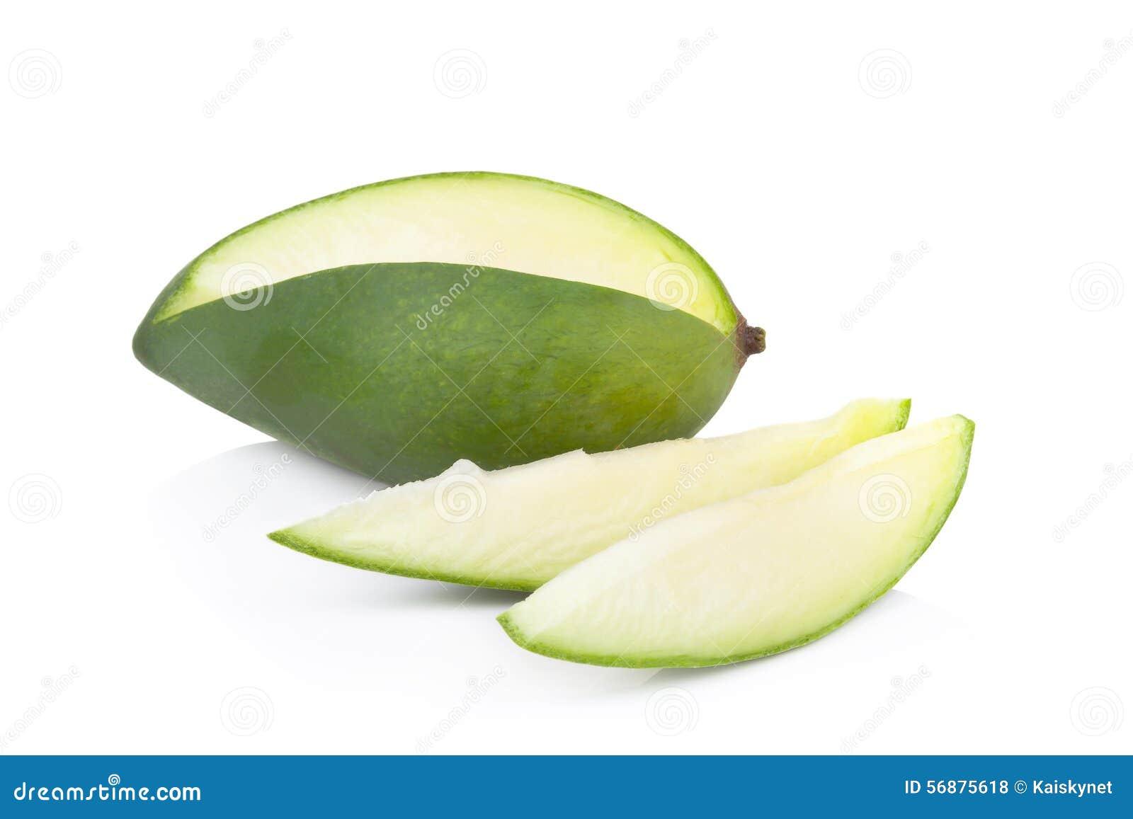 Mango verde isolato su un fondo bianco