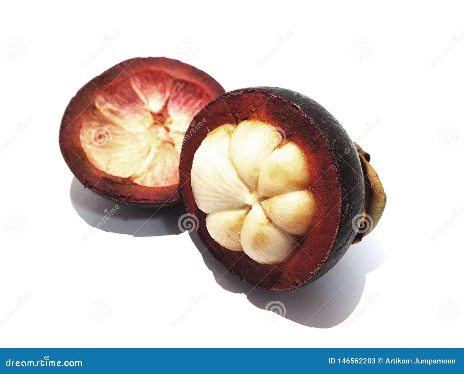 Mangostan, zoet die fruit, op een witte achtergrond wordt ge?soleerd