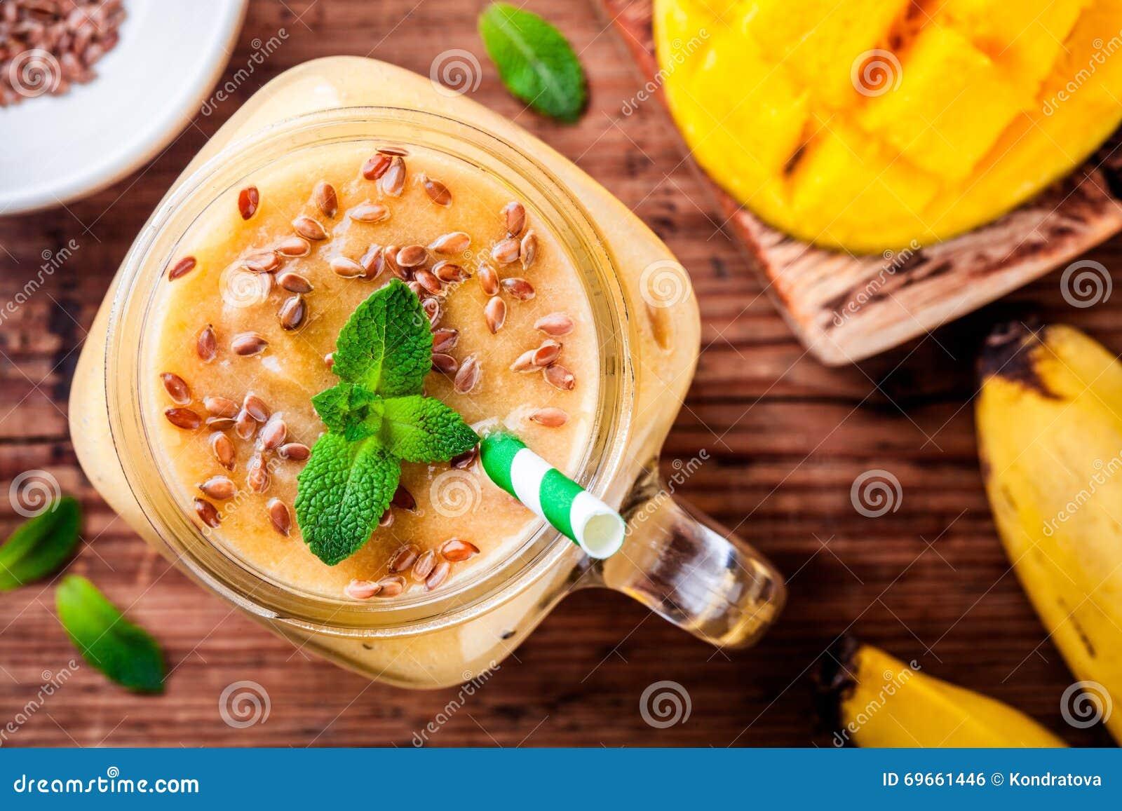 Mangowy smoothie z flaxseed i mennicą