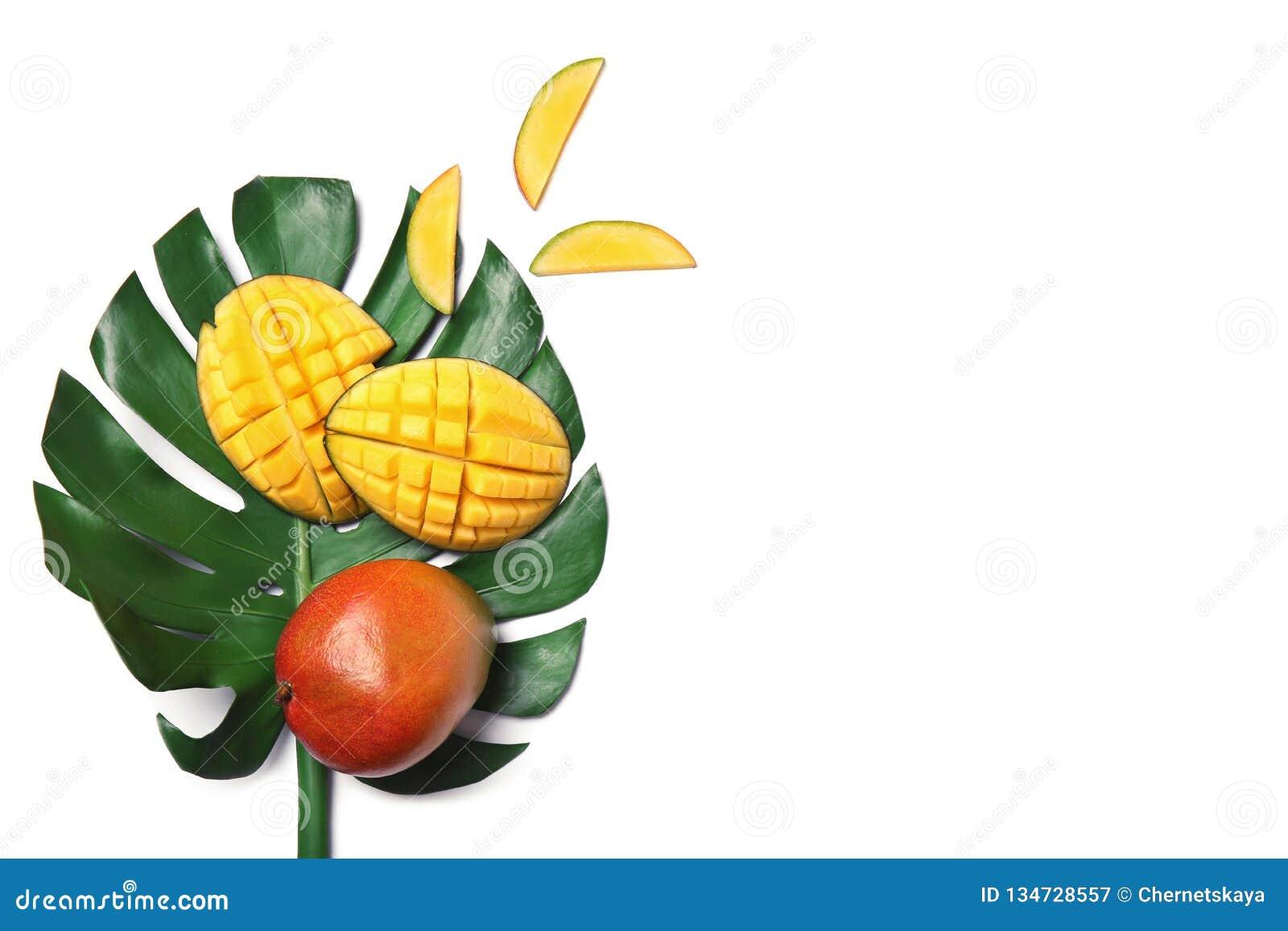 Mangue délicieuse et feuille verte d isolement sur la vue blanche et supérieure