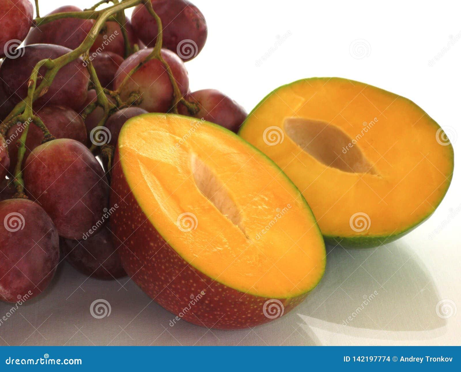 Mangue et raisins, été et soleil