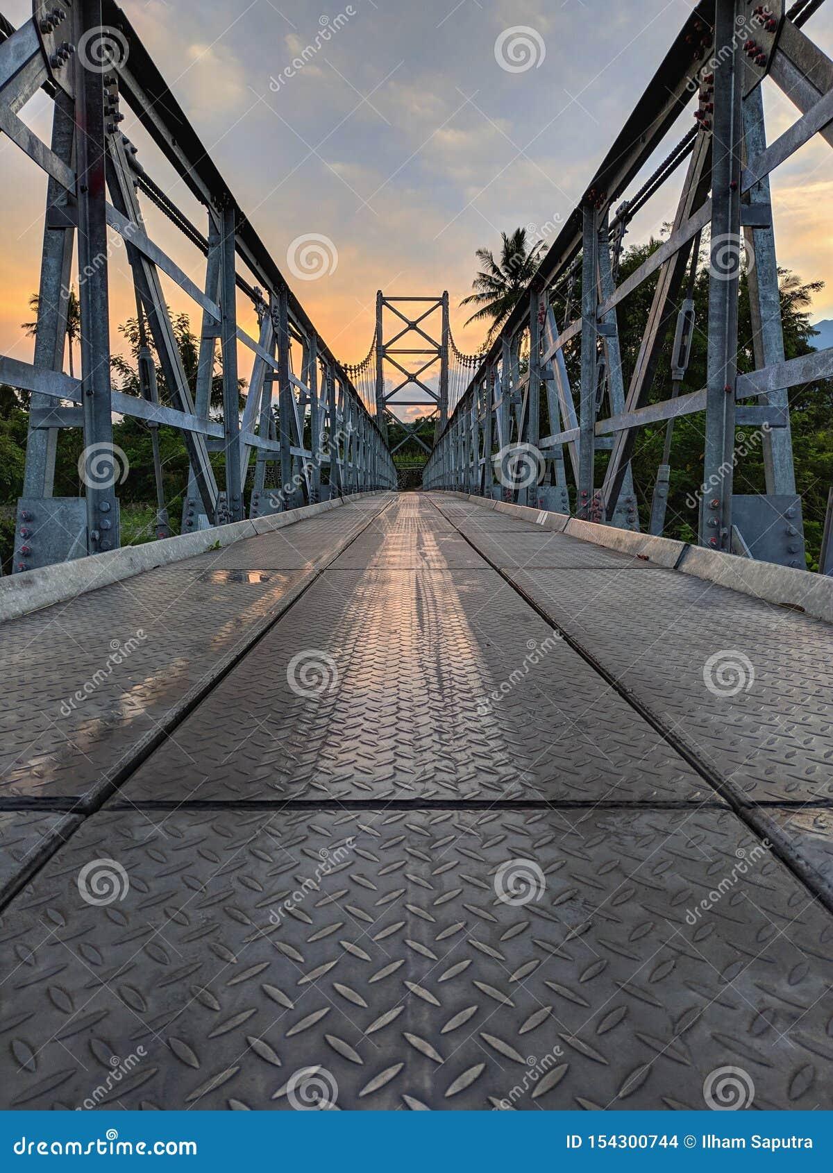 Mangunsuko bro-, Magelang Indonesien och soluppgånghimmel