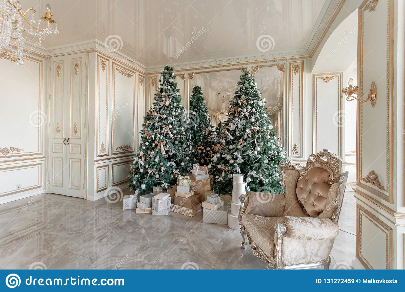 Manhã de Natal apartamentos luxuosos clássicos com a árvore de Natal decorada Grande espelho de vida do salão, cadeira, elevação