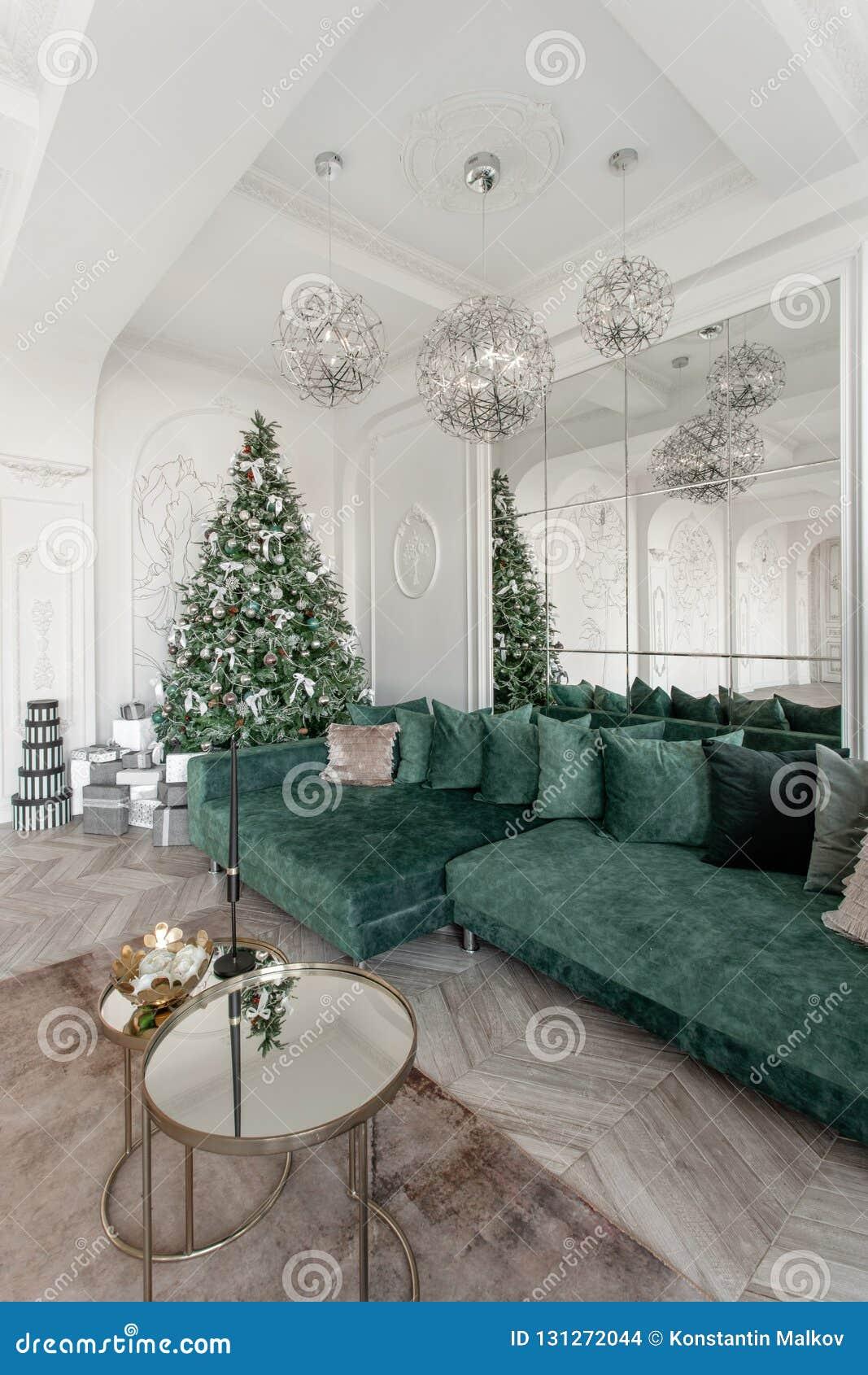 Manhã de Natal apartamentos luxuosos clássicos com a árvore de Natal decorada Grande espelho de vida do salão, sofá verde