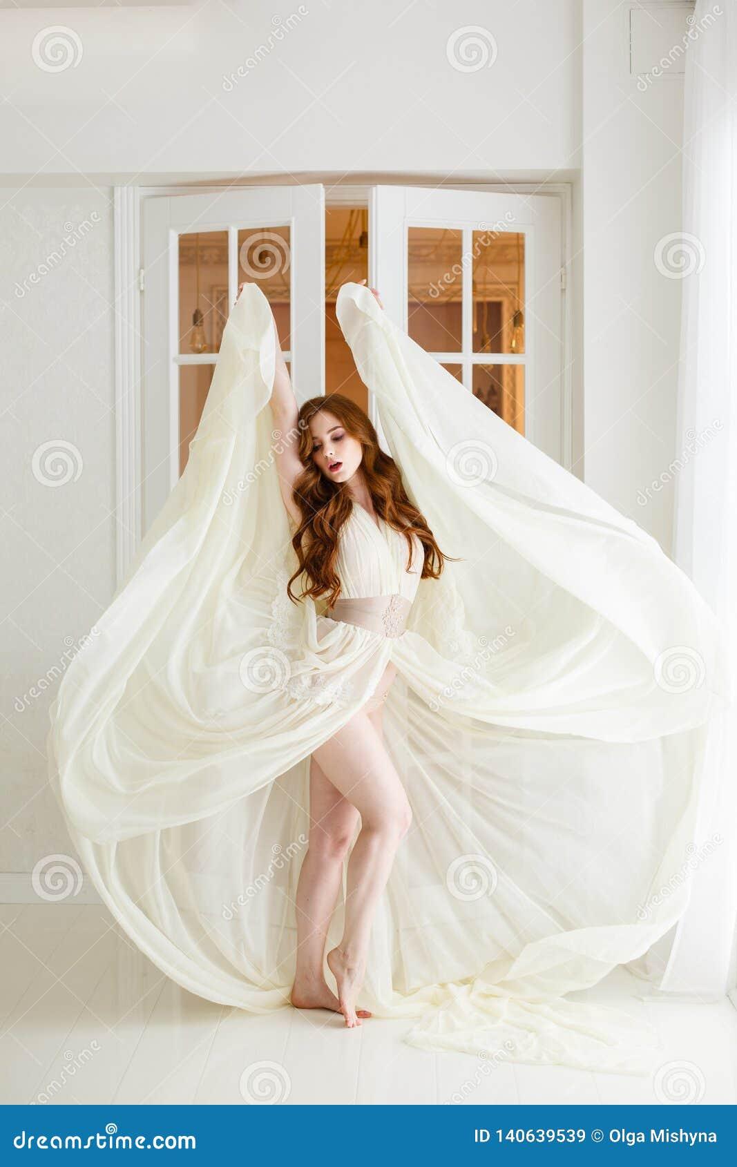 Manhã do ` s da noiva do boudoir Menina ruivo bonito em seu dia do casamento