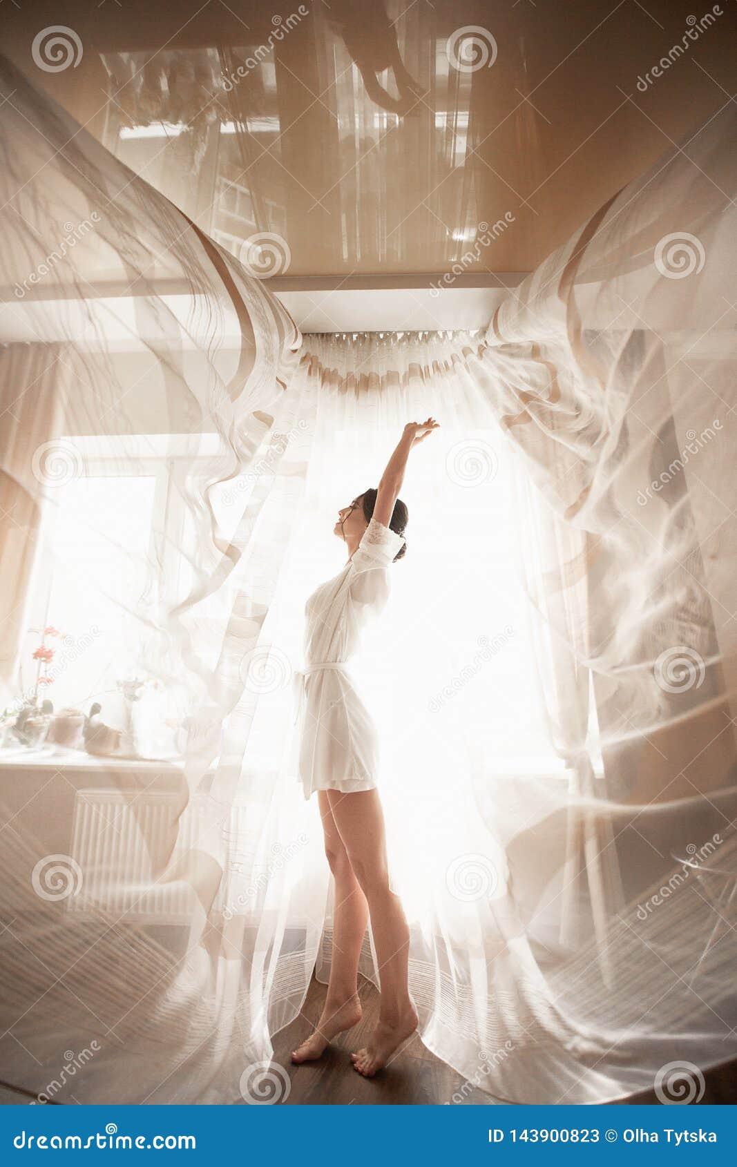 Manhã do vestido da noiva no boudoir
