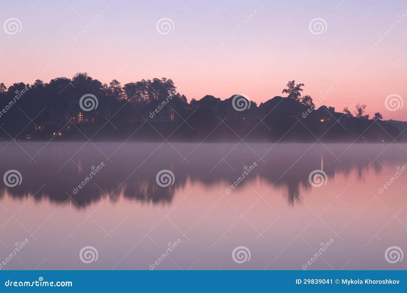 Manhã enevoada no lago
