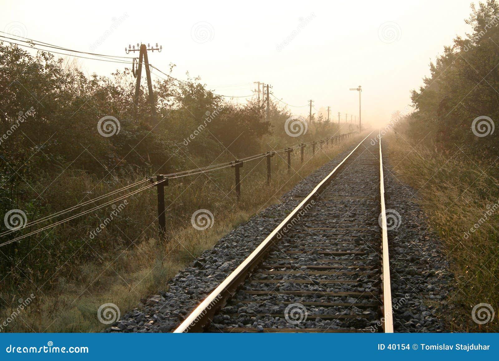 Manhã por trilhas de estrada de ferro