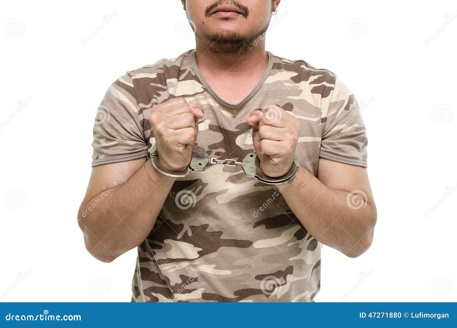 Manhänder med handbojor som visar segertecknet