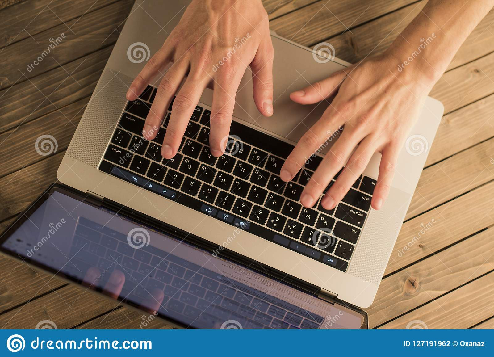 Manhänder på bärbar datortangentbordet Top beskådar