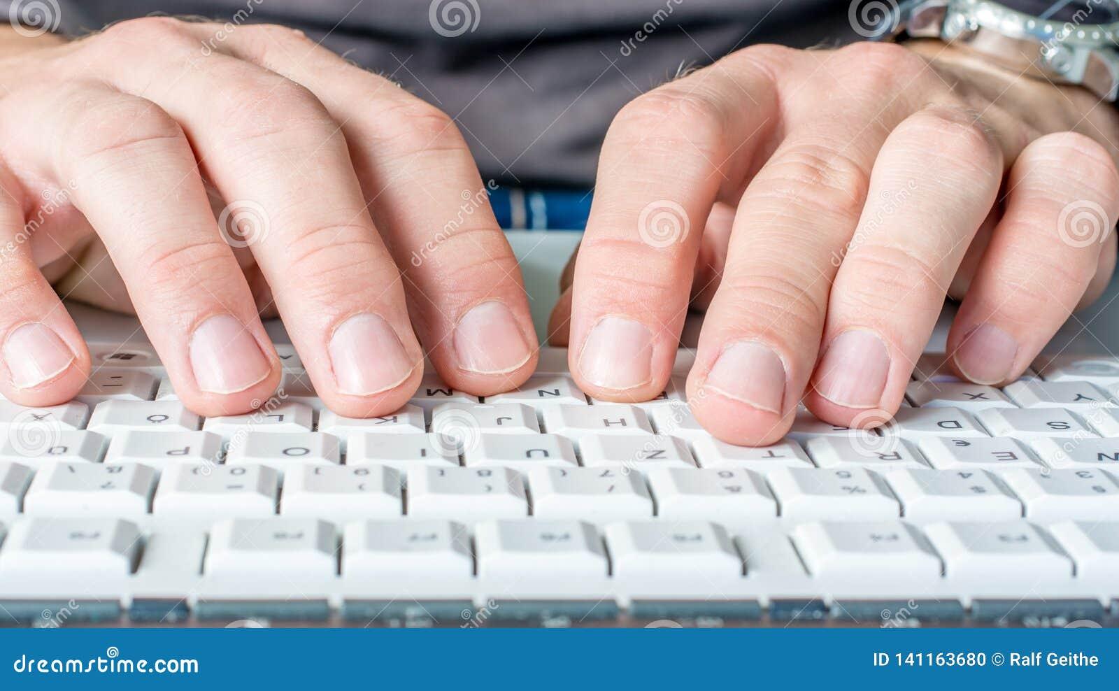Manhänder skriver på datortangentbordet