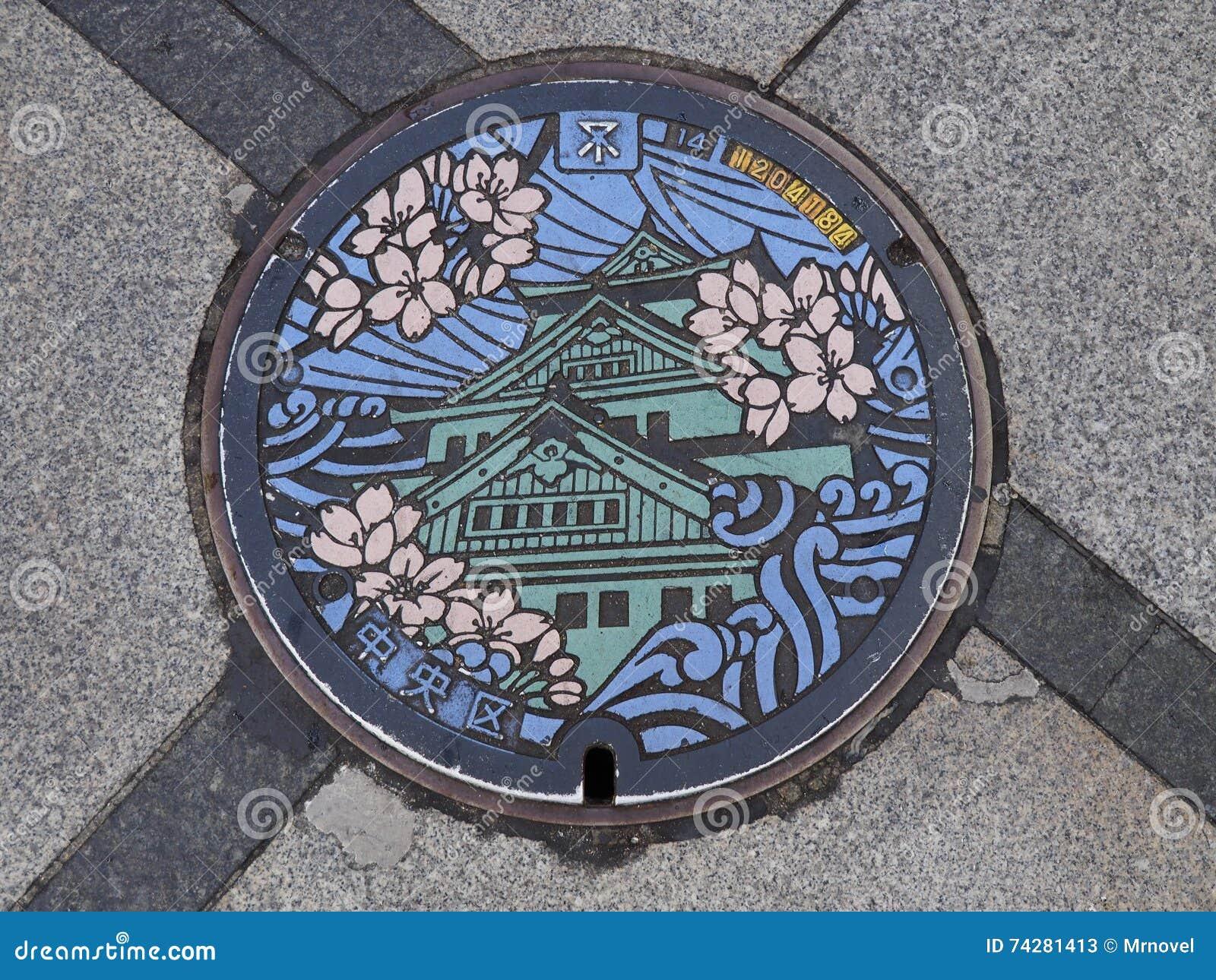 Manhålavrinningräkning på gatan på Osaka, Japan