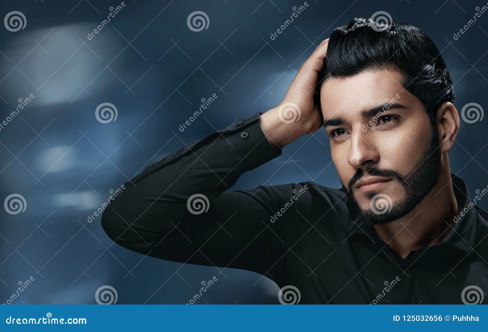 Manhåromsorg Stilig man med rörande sunt hår för skägg