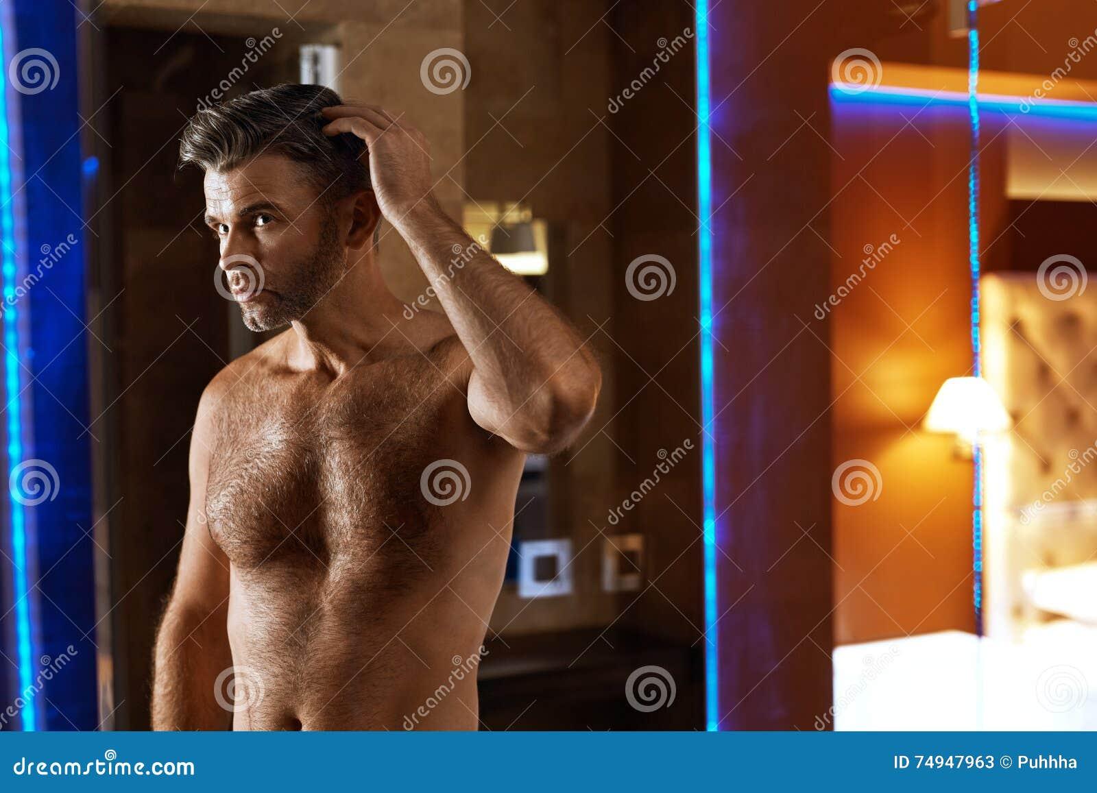 Manhåromsorg Stilig man som trycker på hans hår Ansa för män