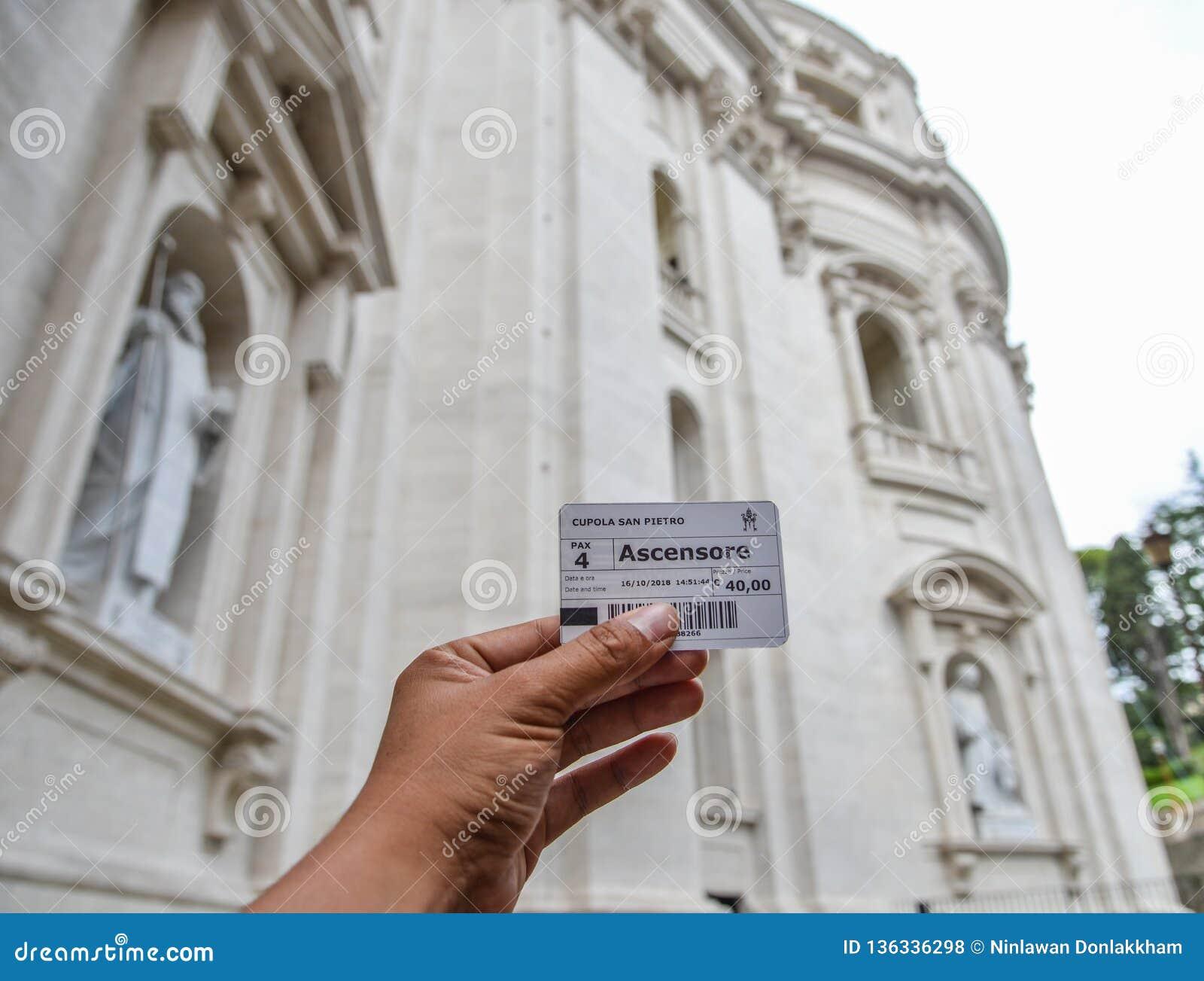 Manhand som rymmer en biljett av San Pietro Dome