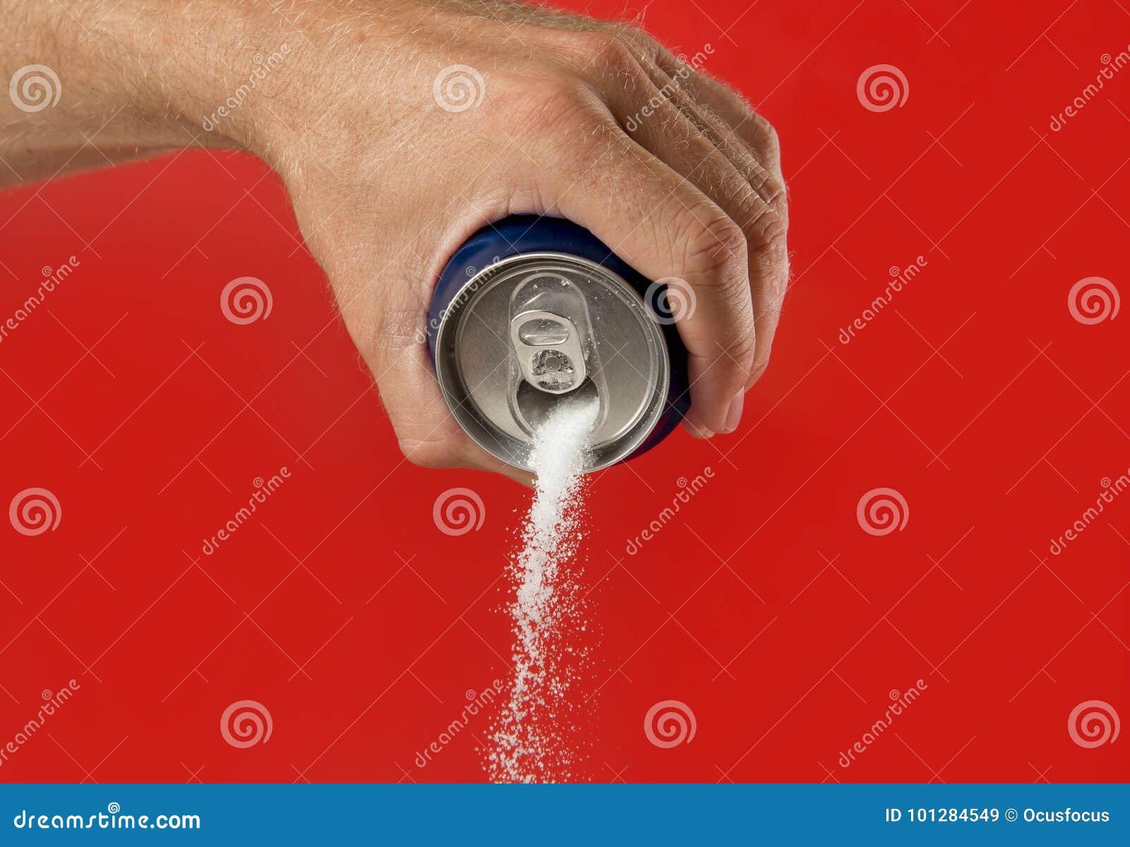 Manhandinnehavet förnyar drinken kan den hällande sockerströmmen i sötsak och kalorier innehåll av sodavatten- och energidrinkar