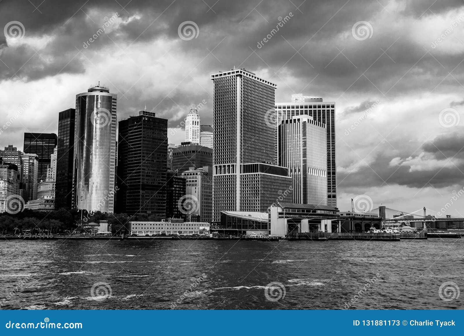 Manhattan como visto de Staten Island Ferry - ponta do sudeste - preto e branco