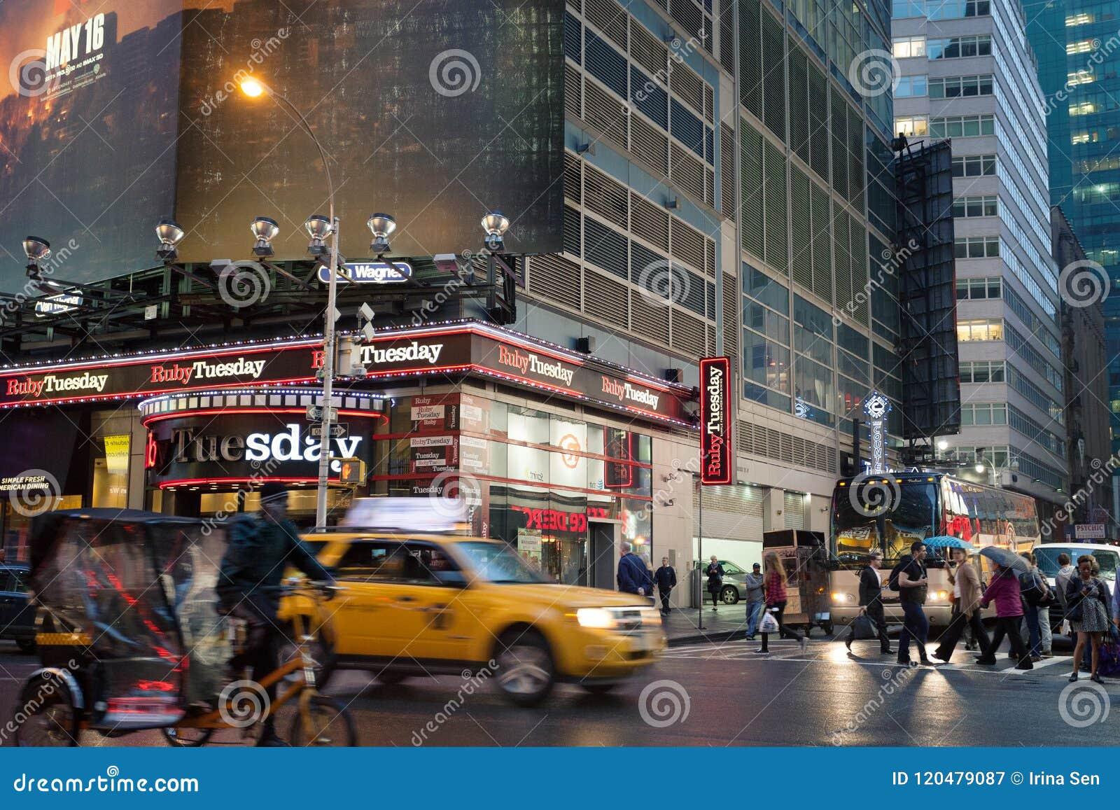 Manhattan de niebla - Times Square próximo del tráfico de la noche, Nueva York, Midtown, Manhattan
