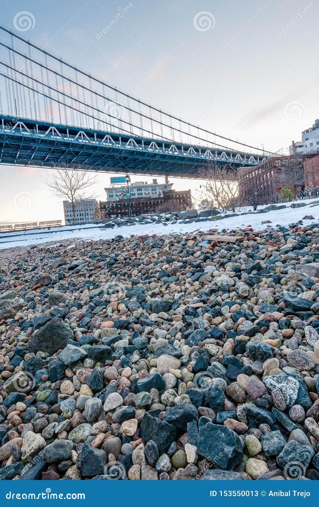 Manhattan horisont från Pebble Beach i Brooklyn, Förenta staterna