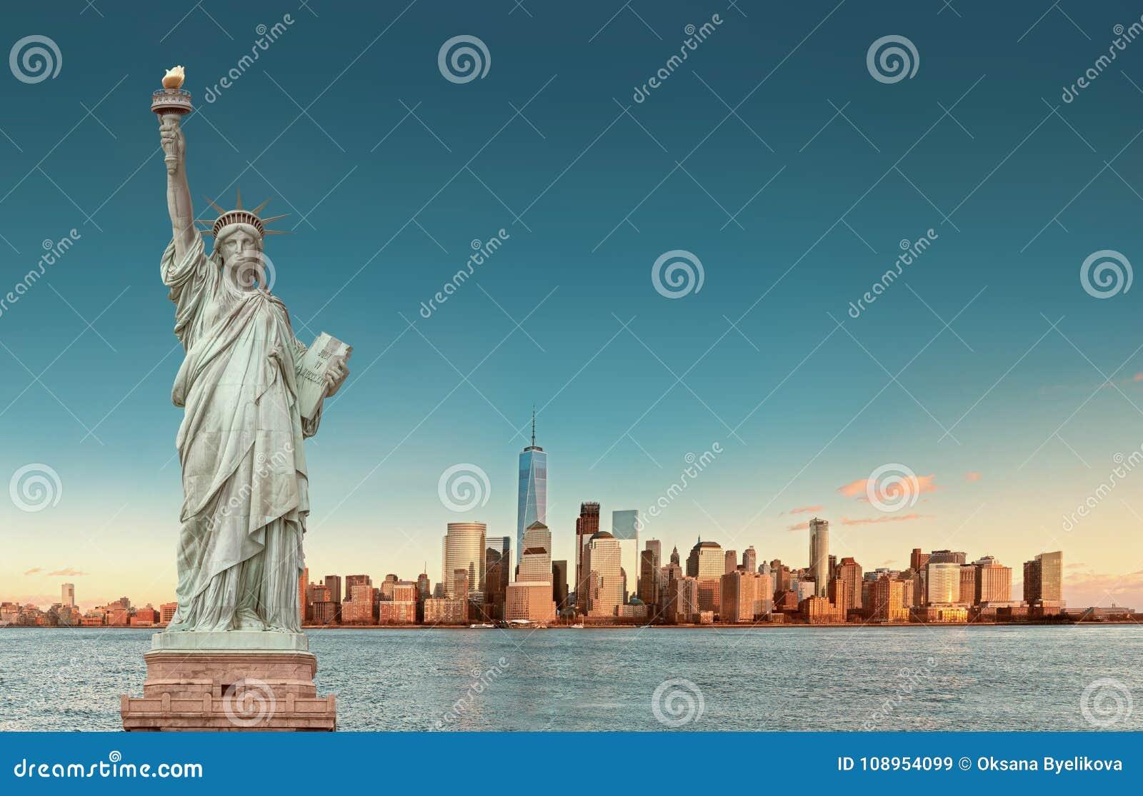 Manhattan horisont med statyn av frihet, New York City USA