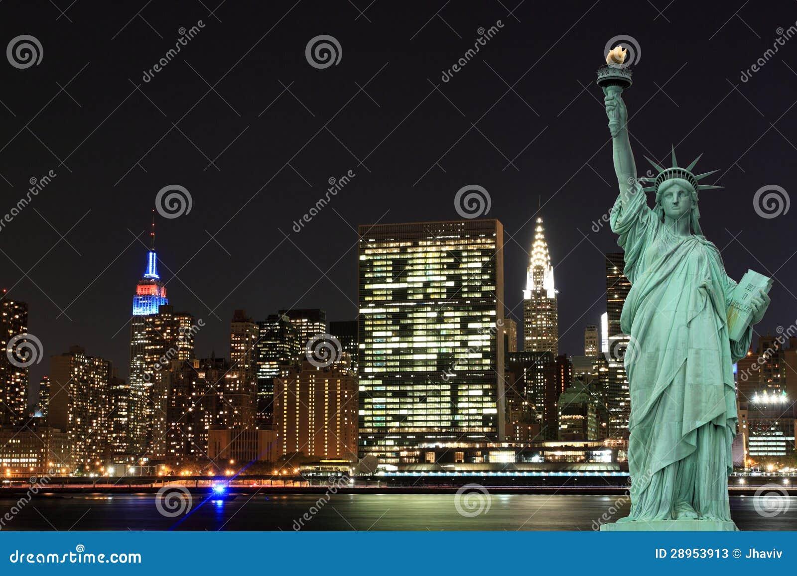 Manhattan linia horyzontu i statua wolności przy nocą