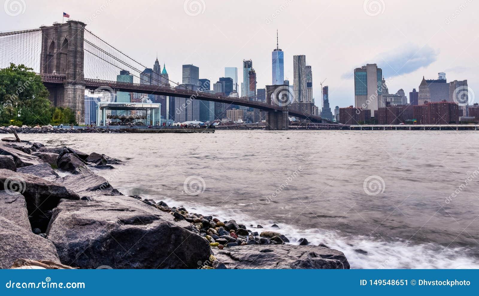 Manhattan linia horyzontu przy zmierzchem Od Dumbo, Brooklyn