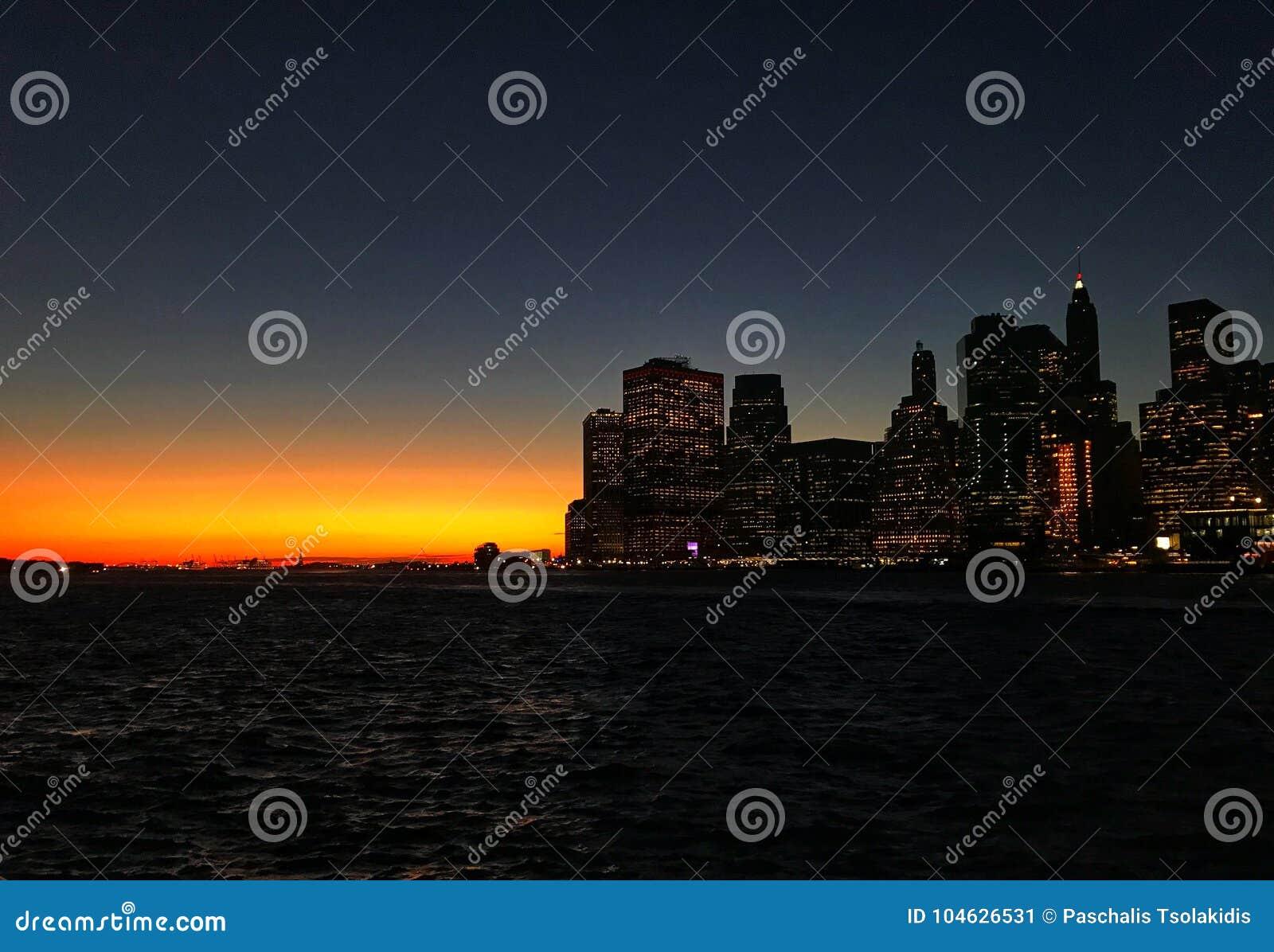 Manhattan linia horyzontu w zmierzchu