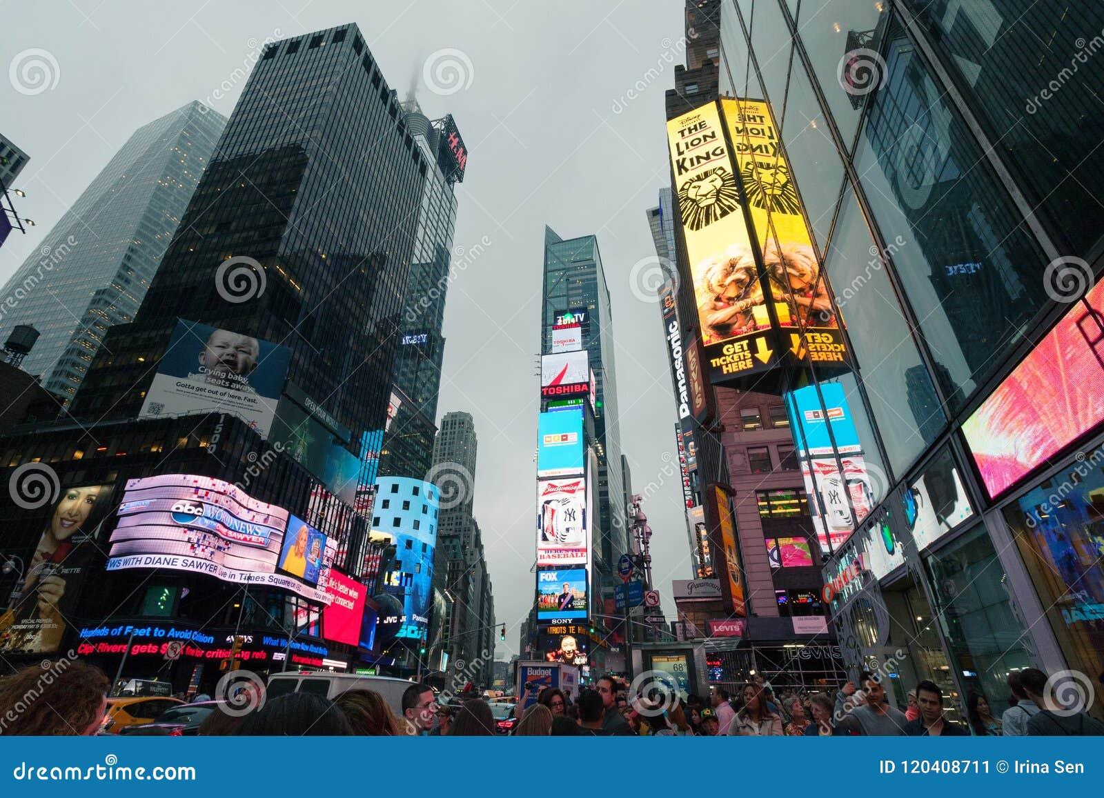 Manhattan nevoento - Times Square do tráfego da noite, New York, Midtown, Manhattan New York, une estados