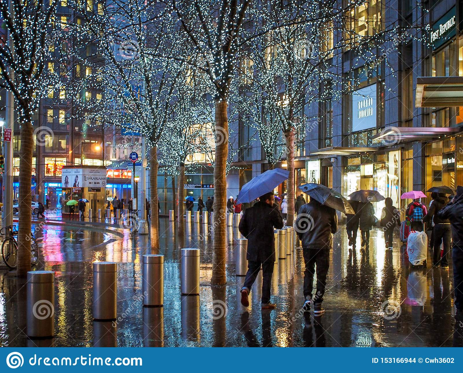 Manhattan, New York, Estados Unidos da América - 3 de janeiro de 2015: Povos na frente do tempo Warner Center