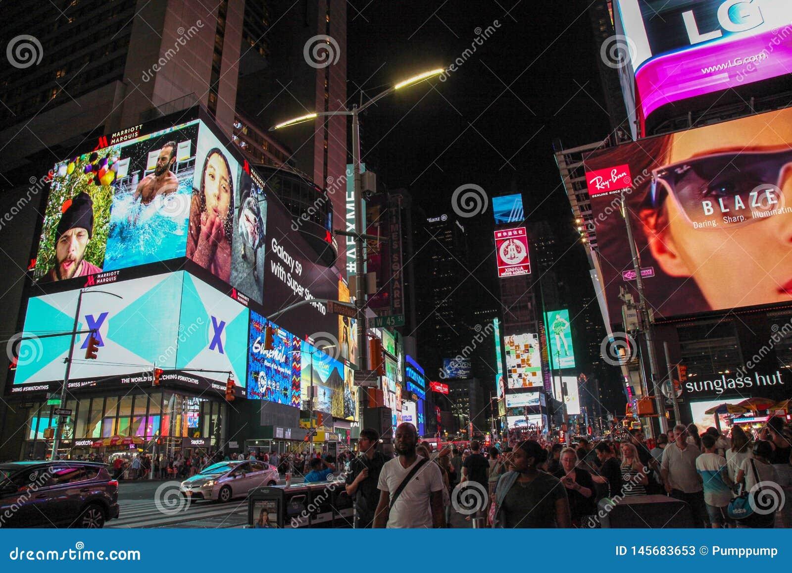 Manhattan, Nowy Jork, usa CZERWIEC 15, 2018: Ludzie wizyty na uliczny times square przy noc? E