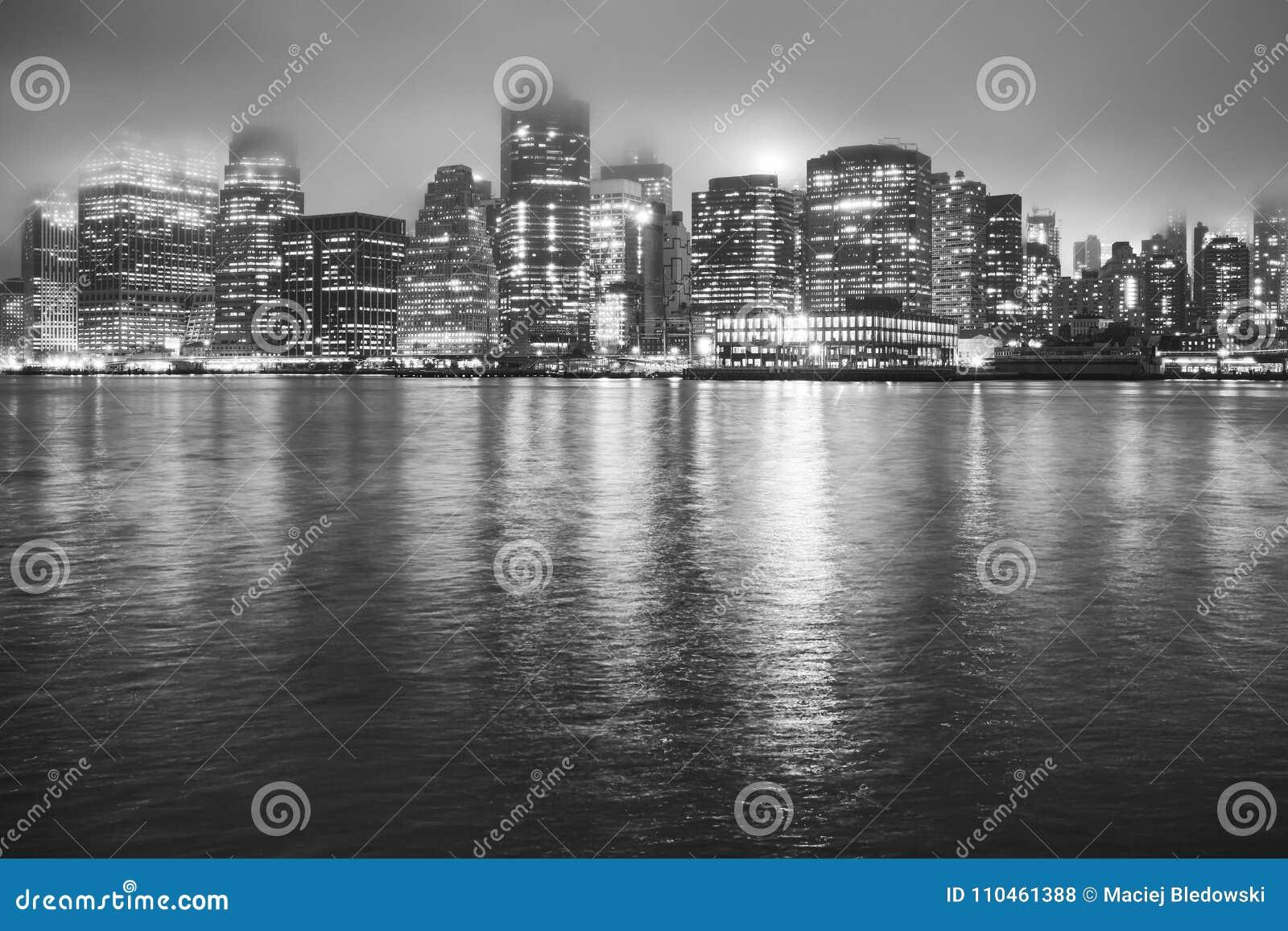 Manhattan på en dimmig natt, New York, USA