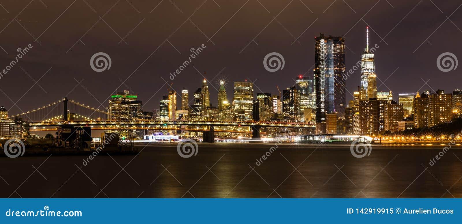 Manhattan vid natt från Brooklyn, New York City, USA