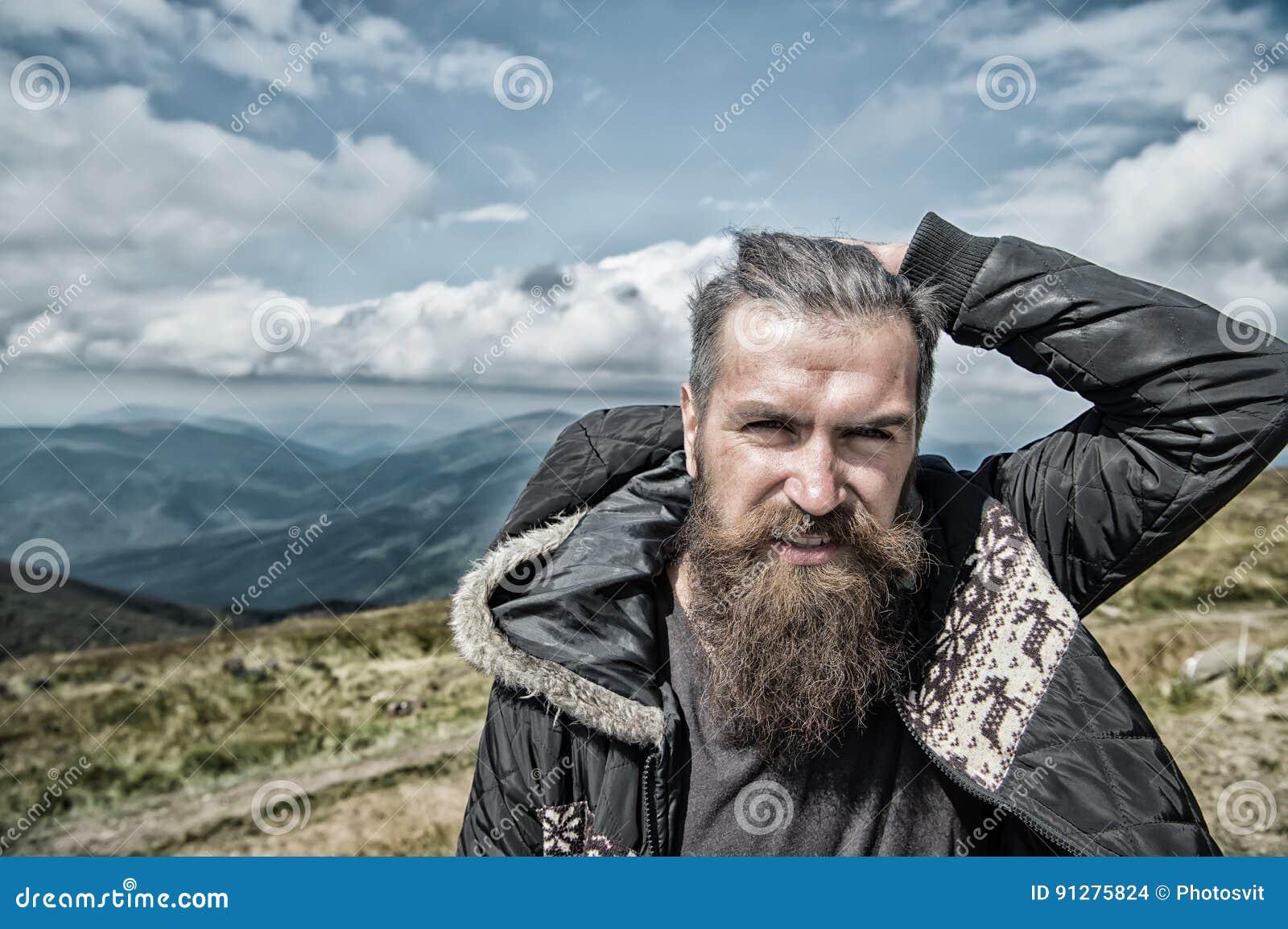 Manhipster med skägget i bergöverkant