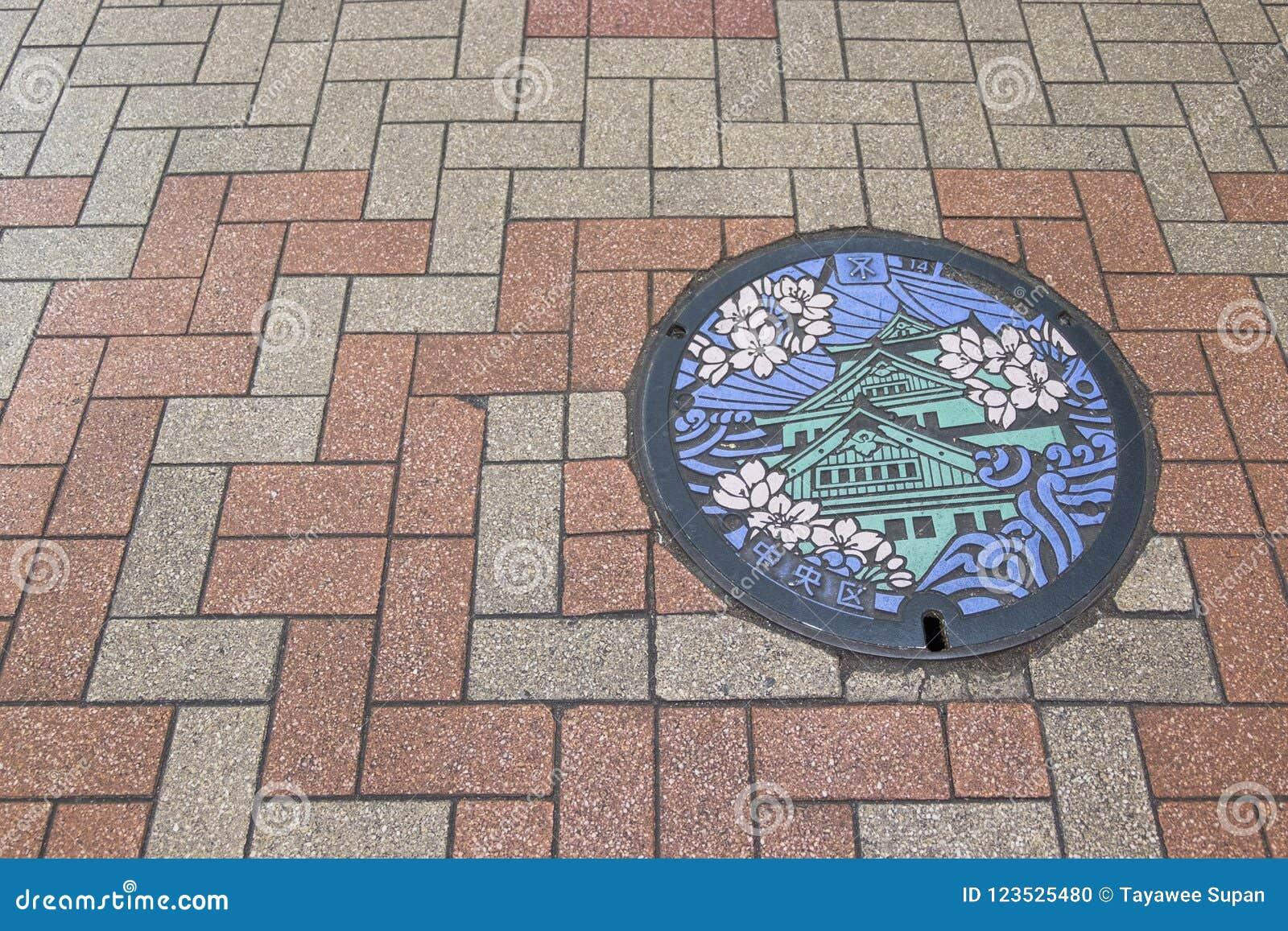 Manhole pokrywa w Osaka, Japonia Osaka Sakura i kasztel