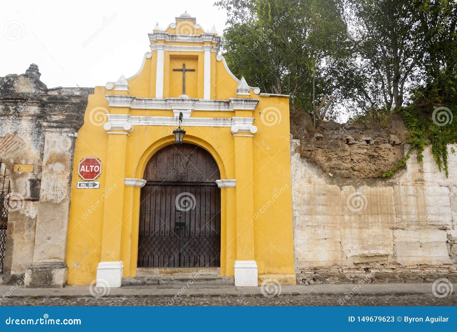 Manière de chapelle des stations croisées dans la rue des thesteps de la La Antigua Guatemala Porte antique à l Antigua Guatemala
