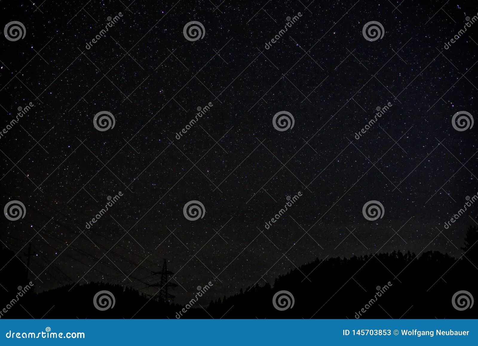 Manière laiteuse de ciel nocturne avec milliard d étoiles et de silhouette d arbre et de ligne électrique