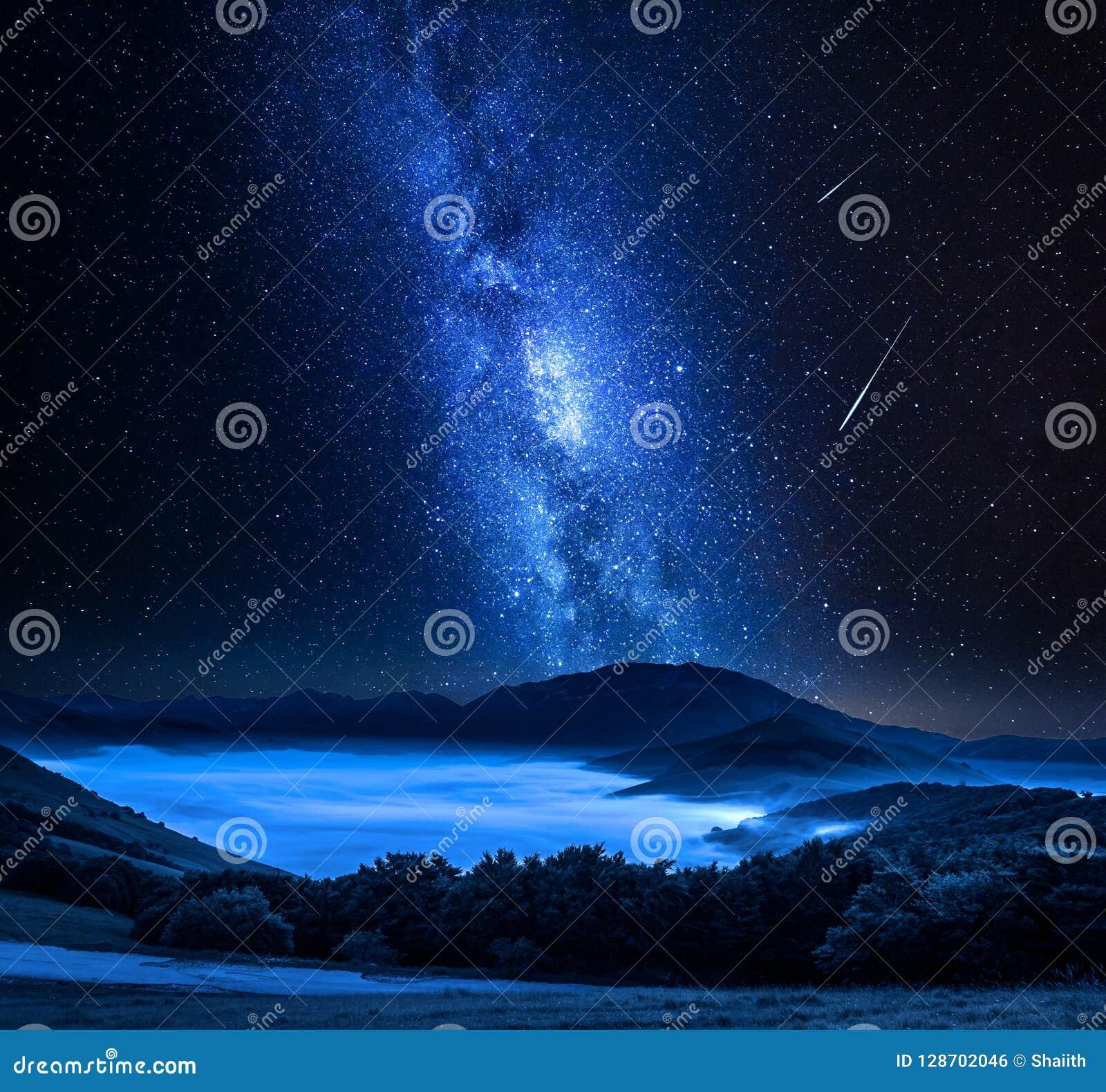 Manière Laiteuse Et étoiles Filantes Au Dessus Des Montagnes