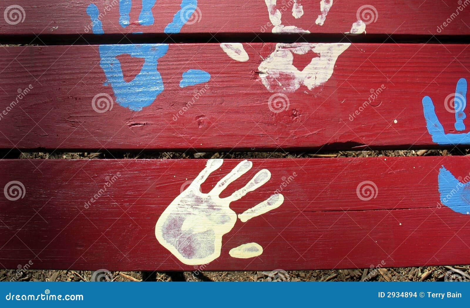 Mani blu e bianche su colore rosso