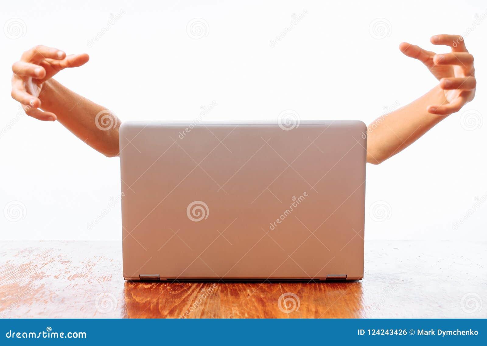 Mani che escono dal computer, il concetto: Internet o il computer prende, ruba mentre la persona su un backgr bianco