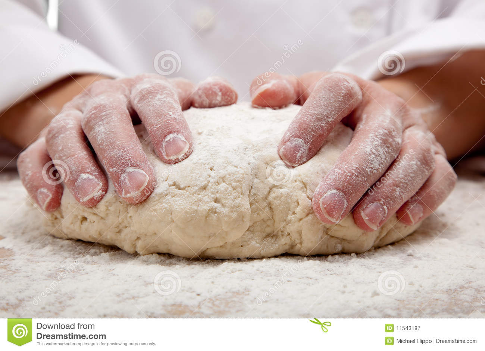 Mani che impastano la pasta di pane