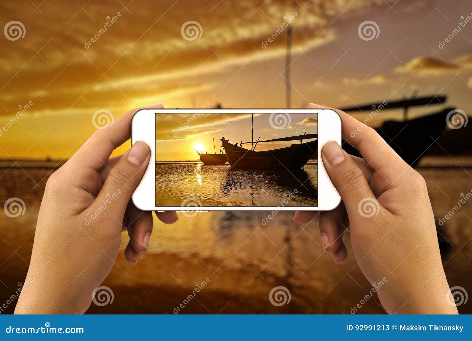 Mani che prendono foto dallo smartphone