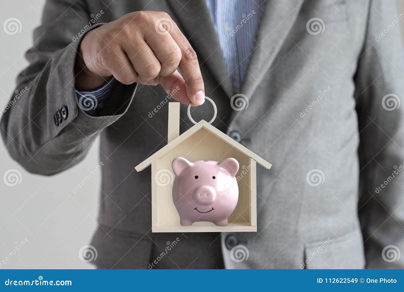 Mani che tengono bui senza tetto di architettura del riparo dell alloggio della casa