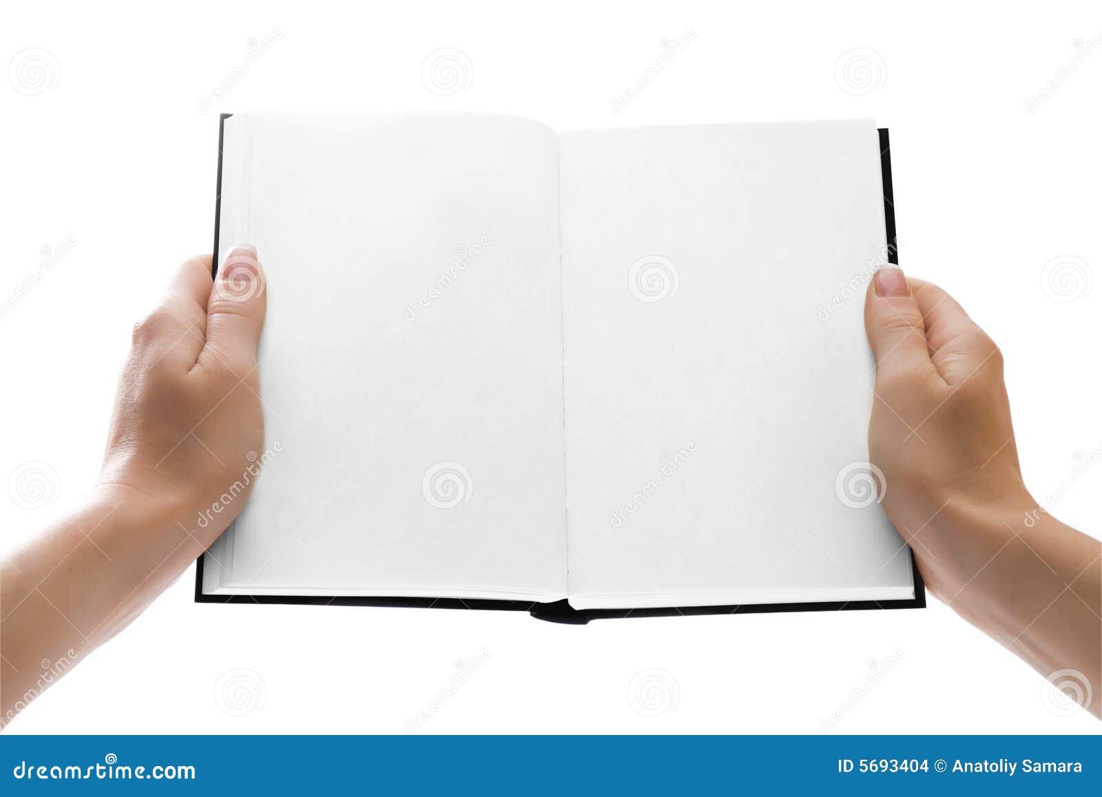 Mani che tengono un libro aperto con le pagine in bianco