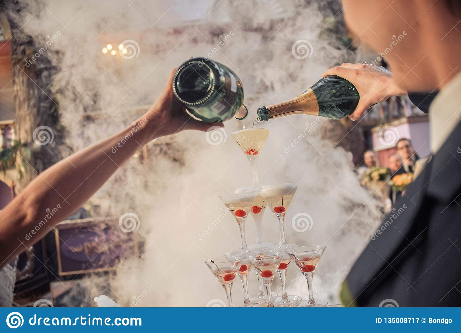 Mani che versano champagne