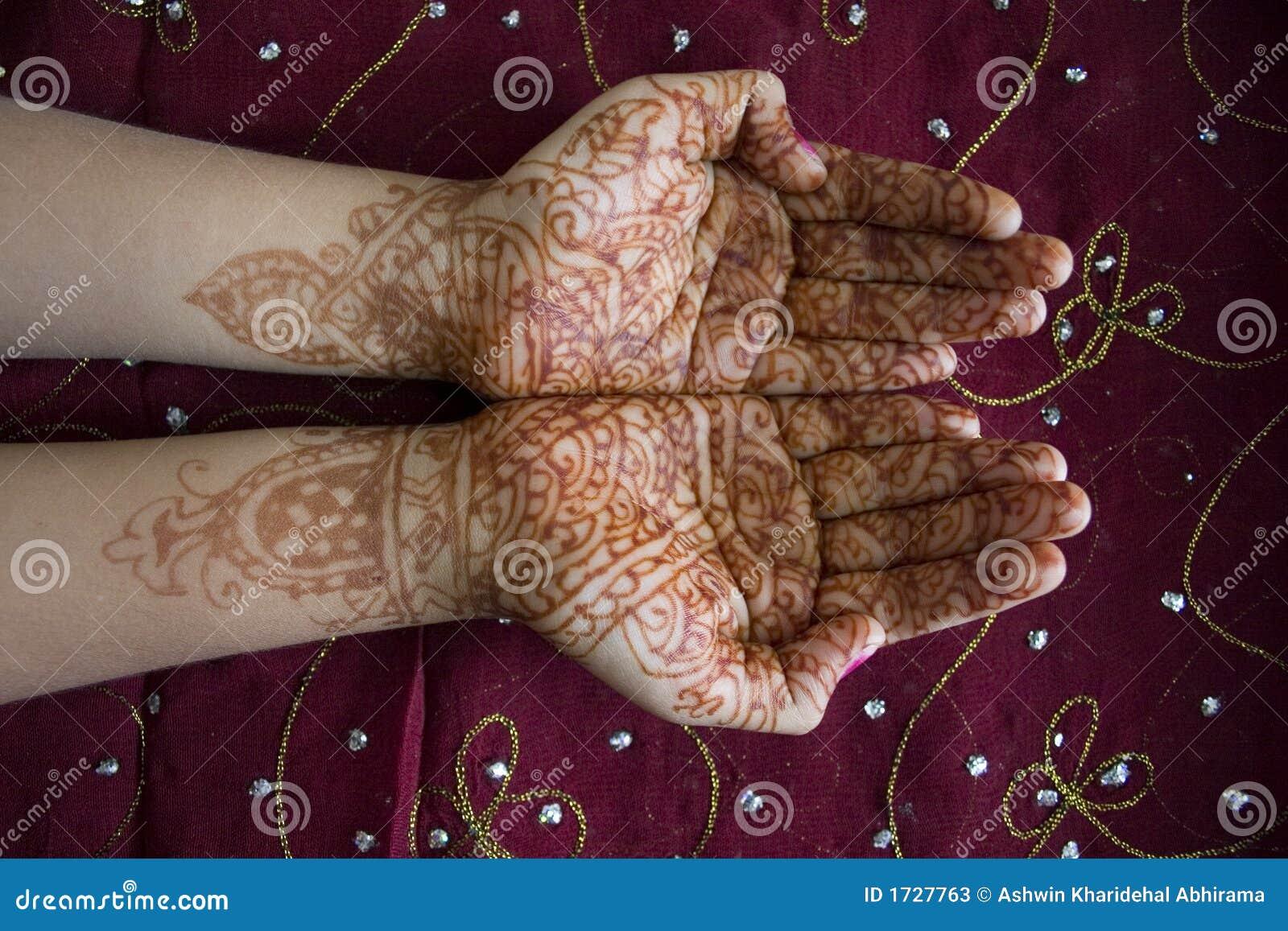 Mani con il disegno del hennè