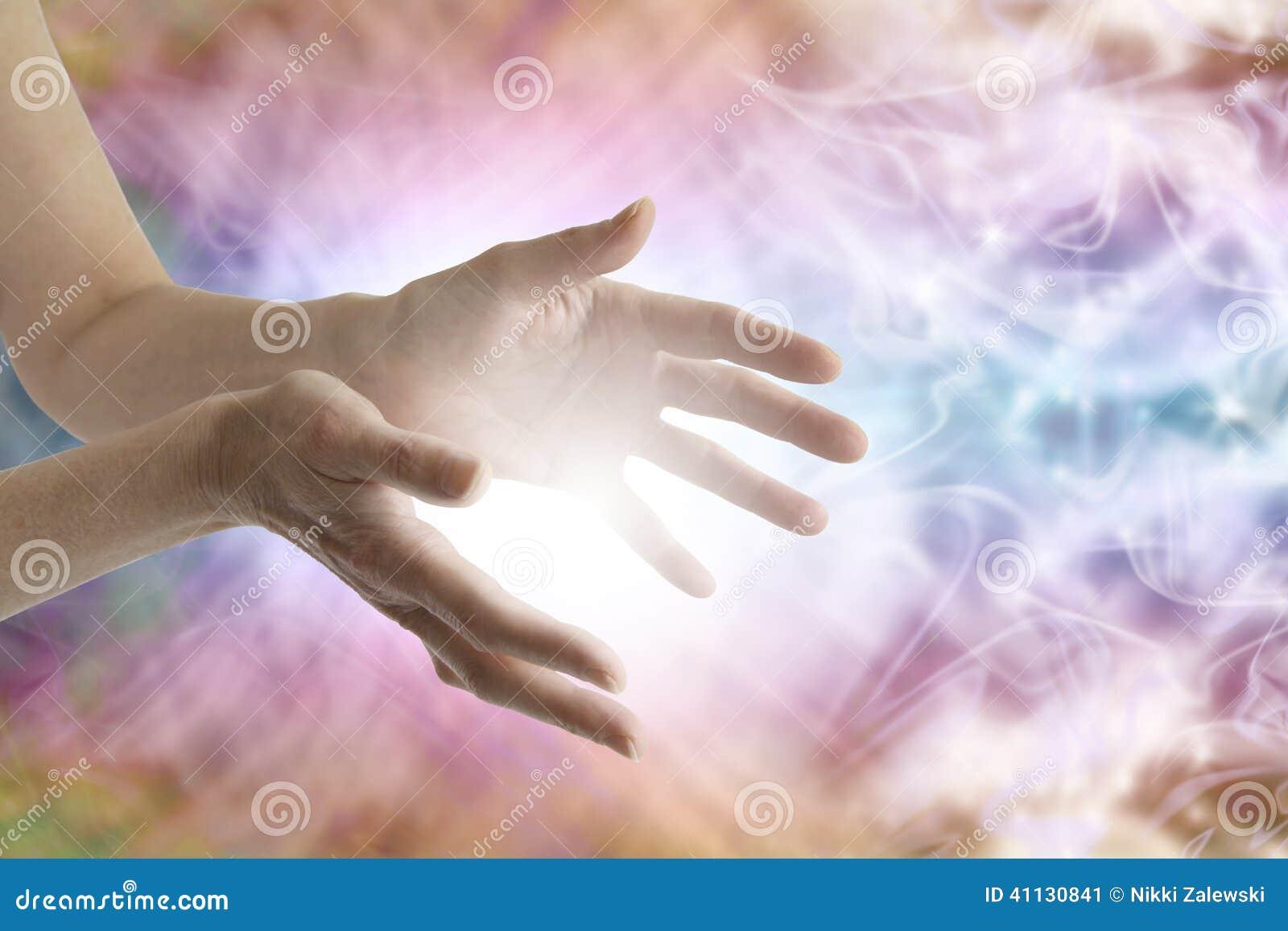 Mani curative che inviano guarigione distante