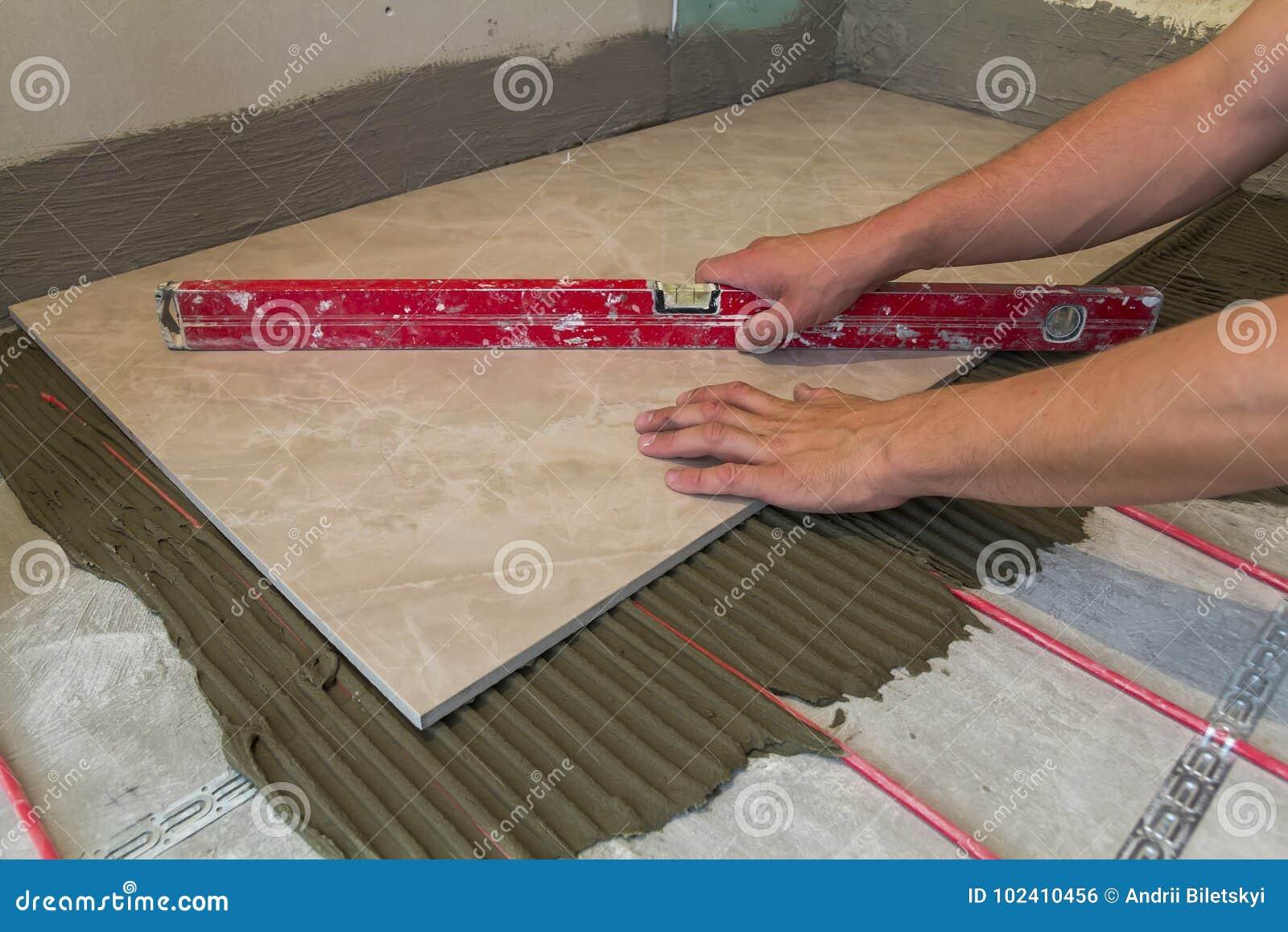 Bagno moderno con piastrelle sulle pareti e sul pavimento c è un